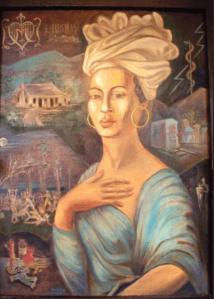 Další vyobrazení Marie Laveau, tentokrát na pozadí s blesky, k nimž prý měla hluboký vztah, její hrobkou, vúdú obřadem a pomůckami pro lidovou magii húdú (svíčka, panenka, olej, váček).